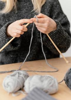 Knitter del primo piano che è creativo