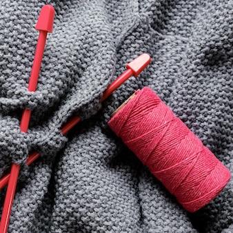 編み針とウールをクローズアップ