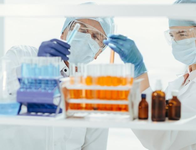 확대. 실험실 과학자들은 실험실에서 혈액을 테스트합니다. 복사 공간이 있는 사진.