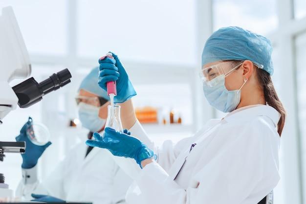閉じる。実験室のスタッフは新しいワクチンをテストしています。科学と健康。