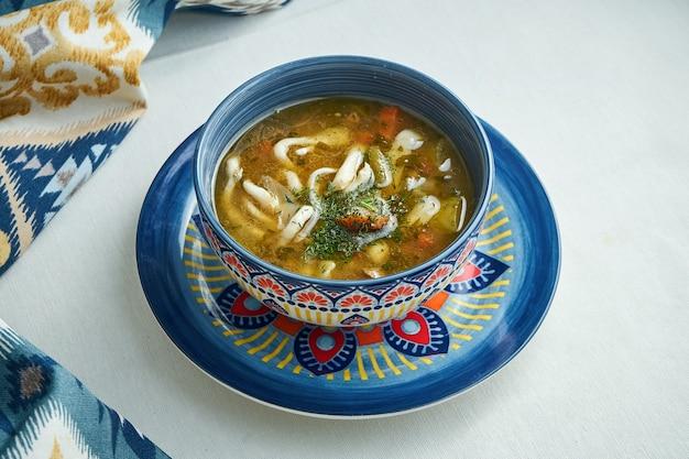 Закройте лагмана. среднеазиатское блюдо из тушеной лапши, баранины и овощей