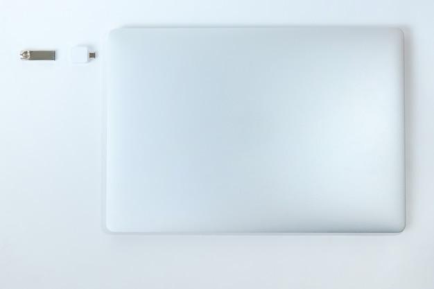 ノートパソコンとフラッシュカードを閉じる