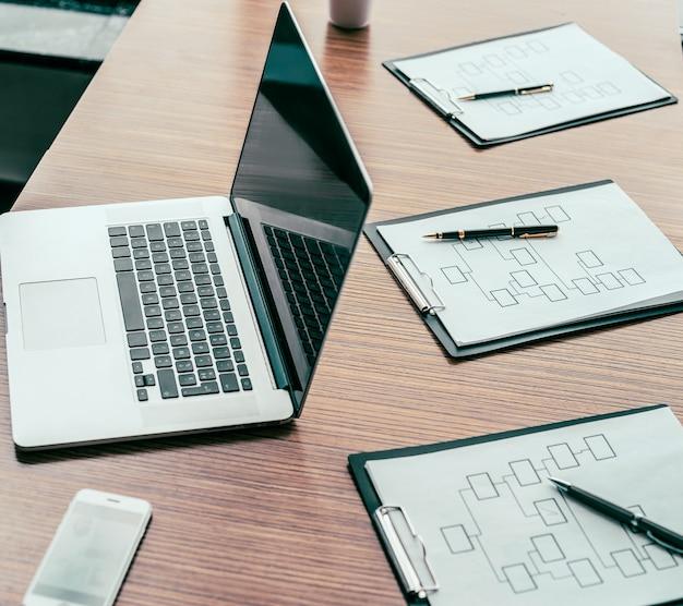 확대. 사무실 책상에 노트북 및 마케팅 차트. 비즈니스 개념.