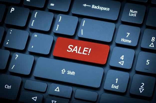 클로즈업 노트북 키보드입니다. 판매 키에 중점을 둡니다. 토닝은 파란색입니다.