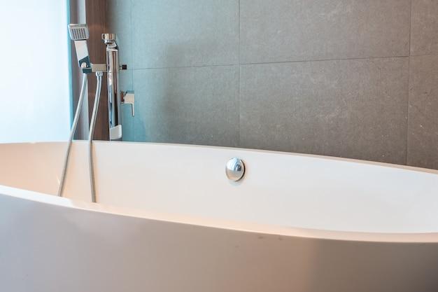 Primo piano di grande vasca da bagno