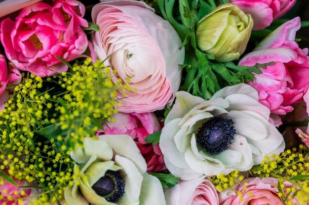 混合花のクローズアップの大きな美しい花束。花の背景と壁紙