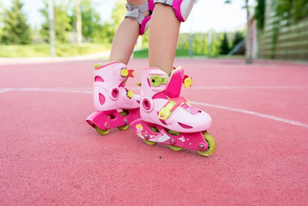 Крупным планом ноги девушки на роликах в парке
