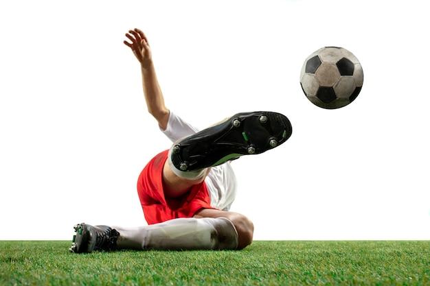 흰색 배경에 격리된 들판에서 공을 놓고 싸우는 축구 선수, 프로 축구의 다리를 닫습니다. 게임 중 액션, 모션, 높은 긴장된 감정의 개념. 자른 이미지.