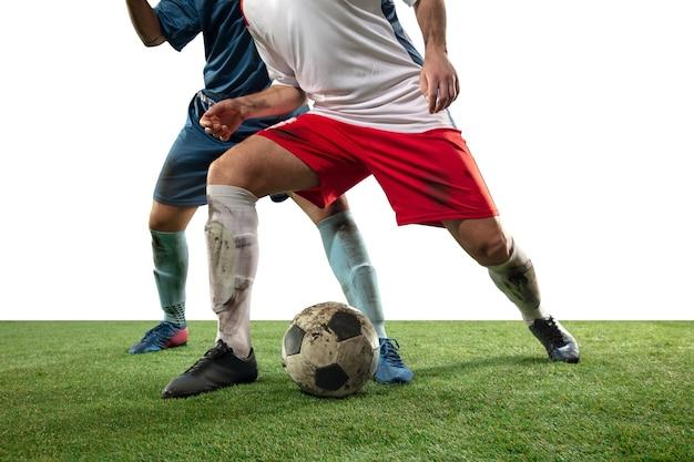 프로 축구, 공을 위해 싸우는 축구 선수의 다리를 닫습니다