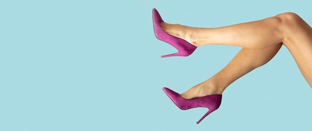 Крупным планом ноги на каблуках с копией пространства