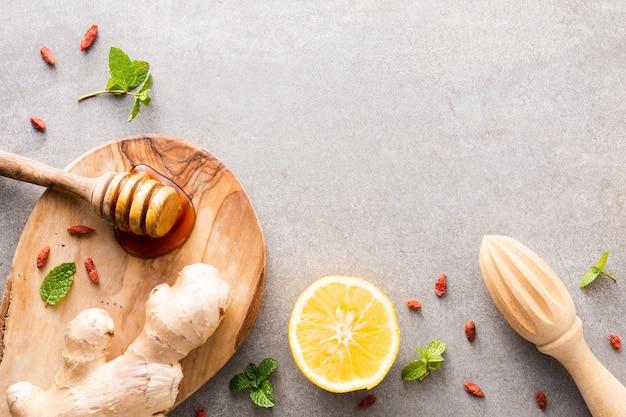 クローズアップレモンと蜂蜜と生ingerのテーブル