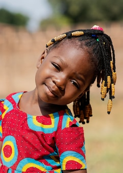 屋外で小さな女の子の肖像画をクローズアップ