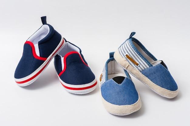 赤ちゃんのための小さな靴をクローズアップ