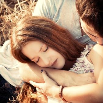 Primo piano di donna amorevole sdraiato sul suo ragazzo