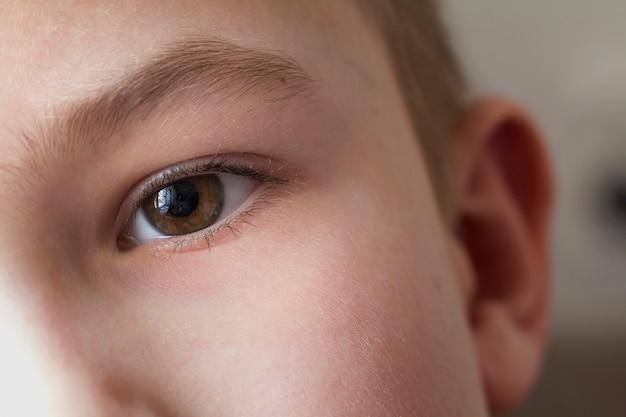 아이 소년 눈의 매크로를 닫습니다