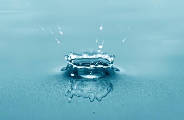물 표면에 드롭의 근접 매크로 사진, 물 배경으로 스플래시를 삭제