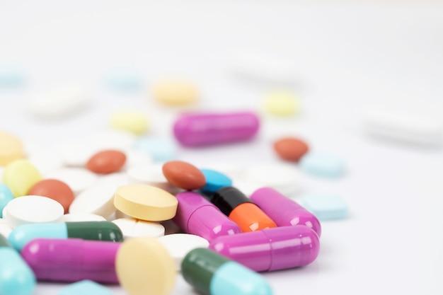 Закройте макрос. нарушено разливание таблеток. красочные таблетки капсулы на поверхности таблетки