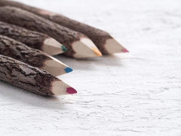 自然の木で作られた色鉛筆のマクロショットを閉じます