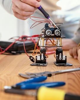 ロボットを作るクローズアップ