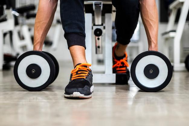Мужчина крупным планом на тренировке в тренажерном зале с весами