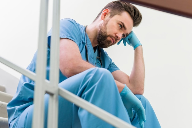 仕事で休憩を取ってクローズアップ男性看護師