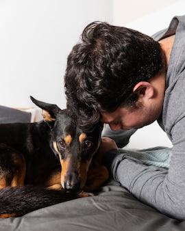 男と愛らしい犬をクローズアップ