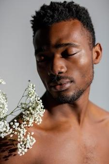 クローズアップの男と白い花