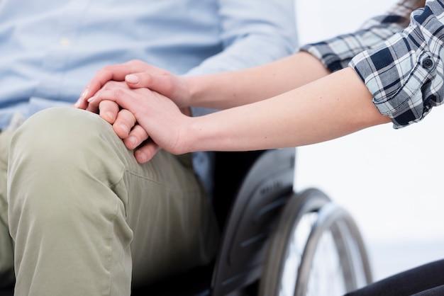 Крупным планом мужчина и женщина, держась за руки