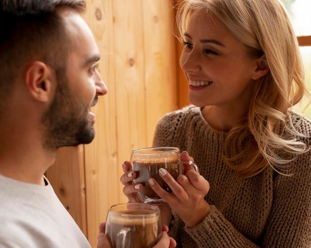 飲み物とクローズアップの男性と女性