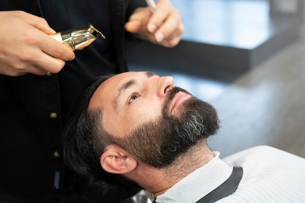 理髪店で男をクローズアップ