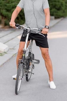 Uomo del primo piano sulla bicicletta