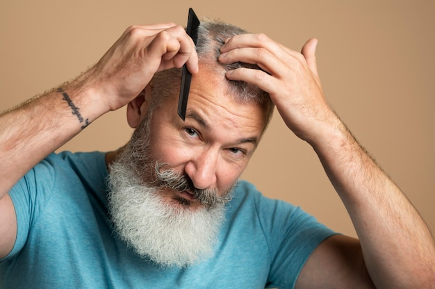 Мужчина расчесывает волосы крупным планом