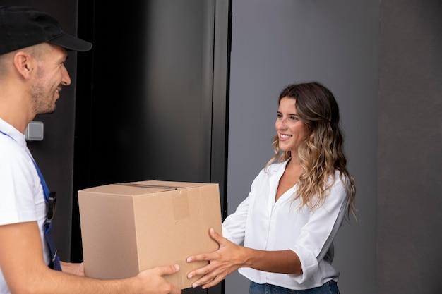 Крупным планом человек, доставляющий пакет