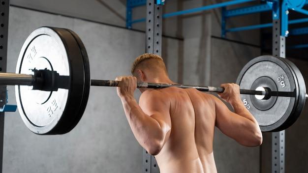 Primo piano su un uomo che fa allenamento crossfit