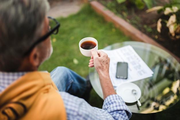 屋外でコーヒーを飲むクローズアップ男