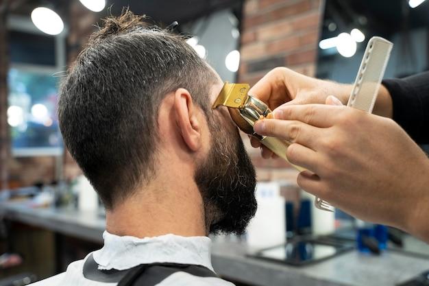 散髪をしている人をクローズアップ