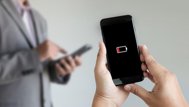 Закройте руки человека с помощью смартфона