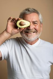 Primo piano uomo con avocado