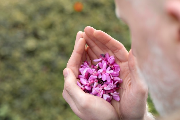 아름 다운 꽃을 들고 남자를 닫습니다