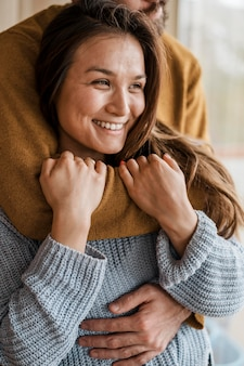 Крупным планом мужчина держит красивую женщину