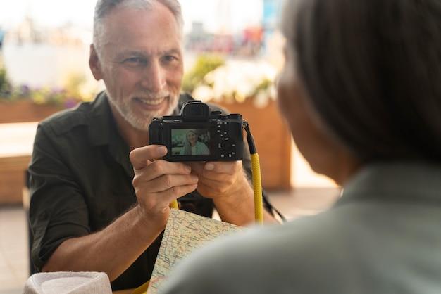 Крупным планом мужчина держит камеру