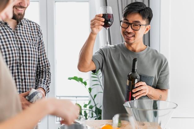 Крупным планом мужчина держит бокал вина