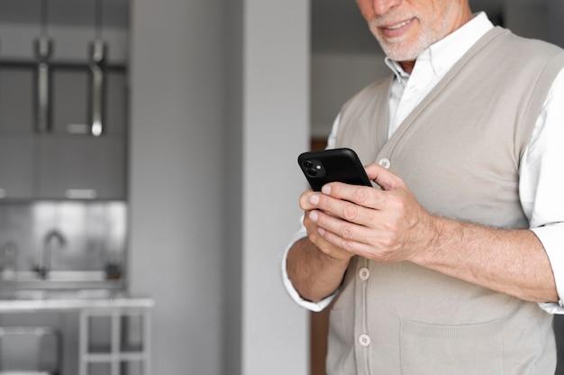 Крупным планом мужчина держит телефон