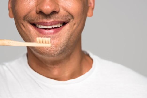 歯ブラシを持ってクローズアップ男