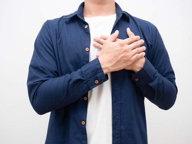 Мужчина, взявшись за руки, прикоснулся к его сердцу за благодарный кадрированный снимок