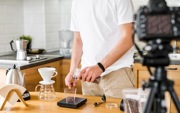 Крупным планом мужчина делает кофе