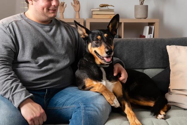 犬と一緒にソファで男を閉じる