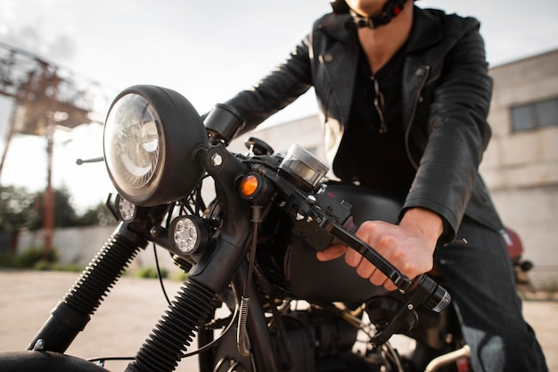 古いバイクのクローズアップ男