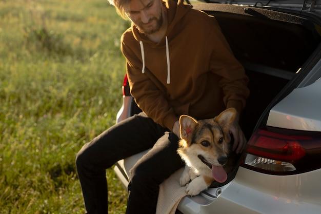 犬をかわいがる男のクローズアップ