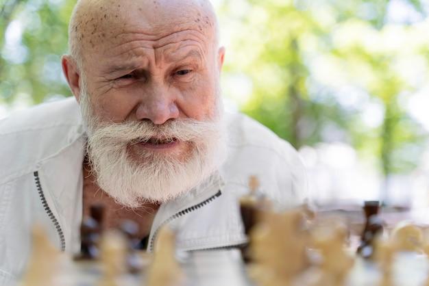 Крупным планом человек играет в шахматы